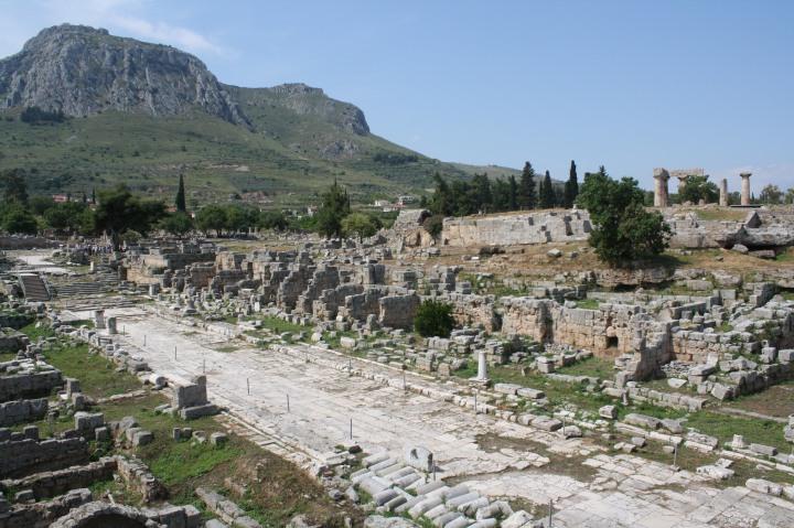 上图:哥林多古城的集市(Agora)。亚居拉和百基拉夫妇很可能在集市里有自己的摊位,保罗可能在此与他们同住做工。