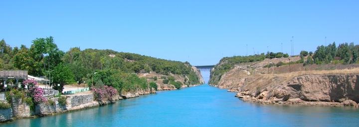 上图:哥林多运河(Corinth Canal)是横穿希腊哥林多地峡的运河,建于1893年,共长6.3公里,连接东部的塞隆尼海湾(Saronic Gulf)与西部哥林多湾(Gulf of Corinth ),船只可以不必多航行400公里、绕过伯罗奔尼撒半岛。