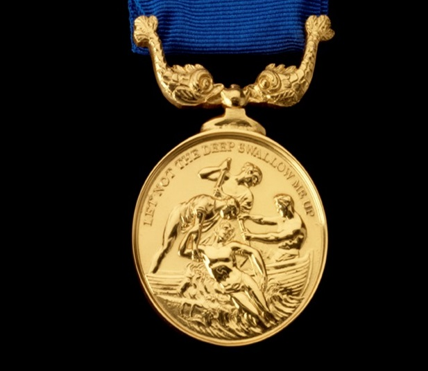 上图:1824年英国皇家全国救生艇协会(Royal National Lifeboat Institution, RNLI)的第一枚金质勋章,上面的格言是「求祢不容深渊吞灭我/Let not the deep swallow me up」(诗六十九15)。所有的RNLI勇敢勋章上都有这句诗篇。