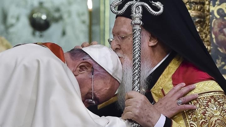 上图:2014年11月,天主教教宗方济各 (Pope Francis)在伊斯坦布尔会见东正教君士坦丁堡普世牧首巴尔多禄茂( Ecumenical Patriarch Bartolomeos I)时,请巴尔多禄茂为他亲嘴祝福,以特别表明基督教会的合一。