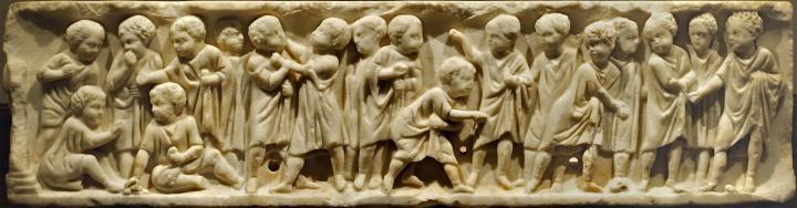 上图:古罗马的儿童,他们要到16或17岁才能成为罗马公民,之前没有权利。大多数儿童在家接受教育。如果家庭能够负担得起,男孩也可以上学,学习读书、写作、数学、演讲以及如何成为一名优秀的罗马公民。受过教育的奴隶往往是他们的老师,希腊奴隶尤其抢手。