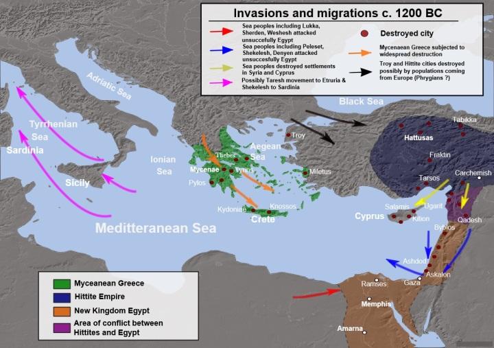 上图:青铜时代崩溃(Bronze Age Collapse)期间的入侵、破坏和可能的人口流动。从主前1200-900年的青铜器时代崩溃是整个中东、北非、小亚细亚、高加索、爱琴海和巴尔干地区的黑暗时代。这一地区的古代青铜文明曾经创造过几个世纪的灿烂文化,许多帝国、城邦通过通商、联姻,建立了一个互相依存的世界体系。但从主前12世纪开始,爆发了一系列的干旱、饥荒、海侵、移民和战争,这一地区的诸多文明在几十年内如多米诺骨牌般接连崩塌,从主前1200-1150年,几乎东地中海世界的每一个重要城市都被摧毁。迈锡尼王国(Mycenaean Kingdoms)、巴比伦第三王朝(Kassite Dynasty)、赫人帝国(Hittite Empire )、乌加里特(Ugarit)、亚摩利城邦(Amorite States)等文明纷纷土崩瓦解,贸易路线中断,识字率大大下降,只有亚述、埃及和以拦等少数强国生存下来,但已经非常衰弱。 历史学家们对导致青铜时代崩溃的原因争论不休,没有达成任何共识,提出的因素包括:火山爆发、干旱、外族入侵、冶铁技术的扩散、军事武器和战术的发展,以及政治、社会和经济系统的各种失败。但在这之上,是神的手在管理,为要使所罗门「四围平安,没有仇敌,没有灾祸」(王上五4),预备开始建造圣殿。