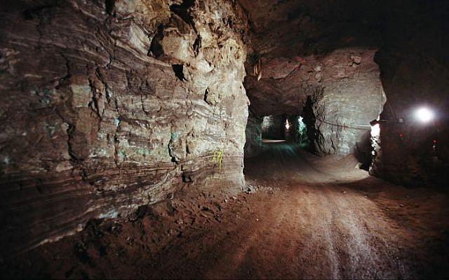 上图:位于以拉他以北35公里处Timna Valley的一处铜矿。这里有几千处铜矿,几十处冶炼场所。在此之前,大多数考古学家认为该遗址是由古埃及人建造和运营的,只有1930年代的美国考古学家Nelson Glueck根据主前10世纪的陶器碎片,坚称这是所罗门时代的铜矿。结果他被考古学家引为笑柄。