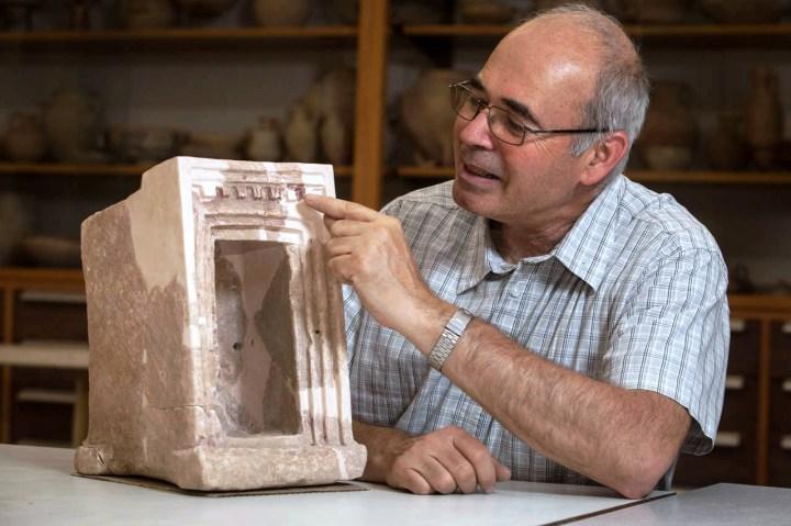 上图:2012年,耶路撒冷希伯来大学考古研究所Yosef Garfinkel教授在以拉谷迦特对面的Khirbet Qeiyafa发现了一座主前1020-980年大卫时期的神龛模型。这个模型的外观有两个装饰元素。第一个是七组屋顶梁,每组三个支架,这种三竖线花纹装饰(triglyph)在古希腊寺庙中很常见。第二个是嵌入式门(recessed door),这种类型的门或窗户在古代中东的寺庙、宫殿和皇家坟墓中很多,是当时神性和皇室的典型象征。这个模型可以帮助我们理解所罗门圣殿描述中的模糊技术术语,如「门口有墙的五分之一」(王上六31),现在可以理解为「门框是五层嵌入式」。术语「门口有墙的四分之一」(王上六33),现在可以理解为「门框是四层嵌入式」。