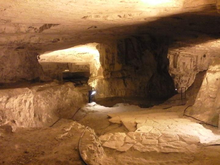 上图:西底家洞(Zedekiah's Cave)又名所罗门采石场(Solomon's Quarries),是一个两万平方米的地下采石场,位于耶路撒冷老城穆斯林区下方,已经有数千年历史。这里出产的皇家石灰岩(Meleke limestone)坚固、耐腐蚀,非常适合雕刻,被认为是用于皇家建筑。所罗门很可能是在这里凿石头的。古代工人在石中凿出又窄又深的孔,再把干木楔打进去,然后灌水浸泡,使木楔膨胀,石块就沿裂缝裂开。工人把巨石移到滚筒或木橇上,然后由大批工人合力运出。