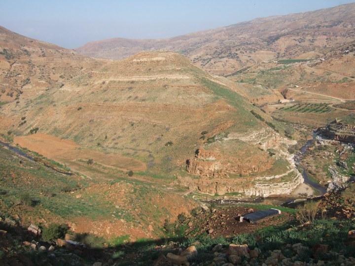 上图:从东南面望毘努伊勒遗址。耶罗波安利用这个城堡来控制约但河东的基列地,埃及法老示撒后来也攻取了毘努伊勒。