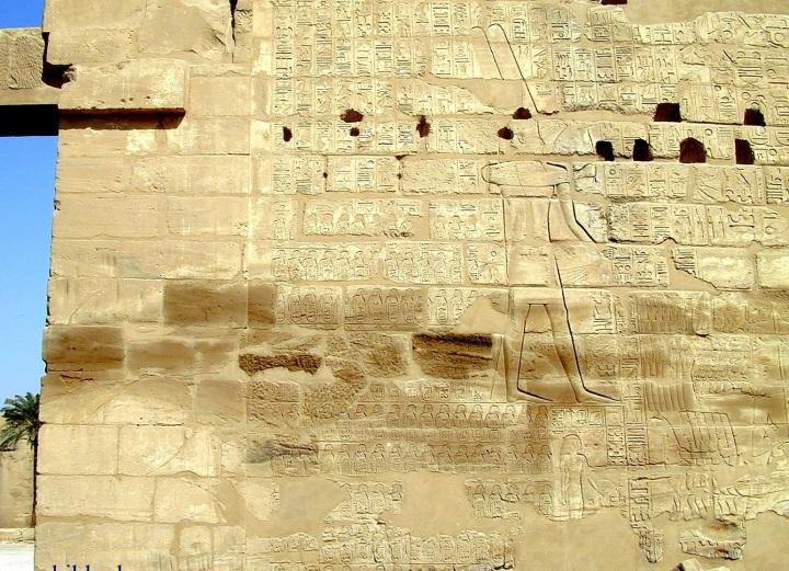 上图:古埃及第二十二王朝首位法老舍顺克一世(Shoshenq I,主前943–922年)的凯旋浮雕,位于卡纳克神庙(Temple of Karnak)的Bubastite Portal大门上。浮雕上描绘了舍顺克一世的迦南战役,上面列出了所占领的以色列和犹大的城镇,如伯·珊、伯·和仑、米吉多、亚拉得等等。考古学家普遍认为舍顺克一世就是埃及王示撒。