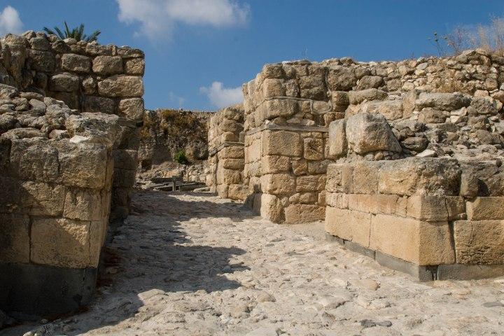 上图:米吉多遗址的六室城门。