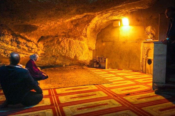 上图:「基石 Foundation Stone」下面的然洞穴被称为「灵魂之井 Well of Souls」,洞穴的北面是亚伯拉罕的小神龛,西北角是以利亚的神龛,穆斯林可以进入这里祷告。洞穴底部的凹陷有回声,下面可能还有一个房间。犹太人认为这里就是隐藏约柜的地方。
