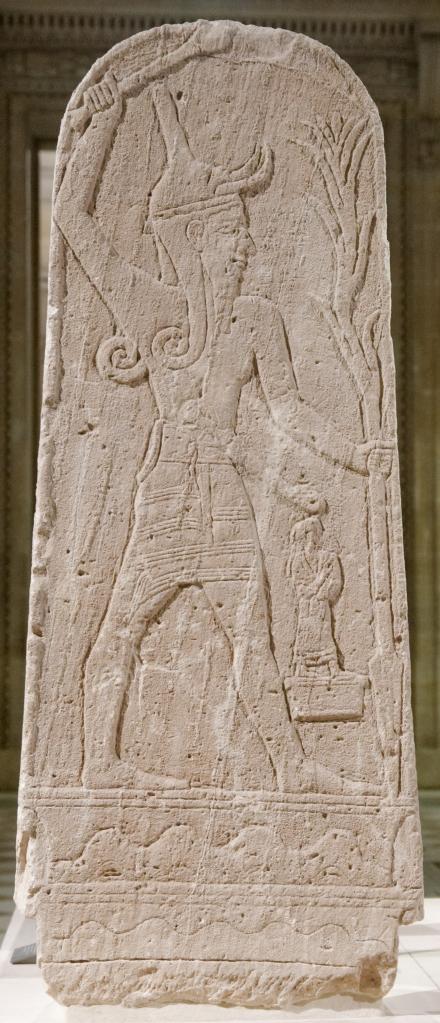 上图:乌加列(Ugarit)遗址出土的主前15-13世纪巴力石碑,现存于卢浮宫。石碑上的巴力右手挥舞着权杖,左手拿着插向地面的雷电矛,雷电矛尾部的形状像植物。这形象表示巴力掌管雷电,是降下风雨、带来丰收的神。巴力所站的基座上刻着他的力量范围:山脉和海洋。