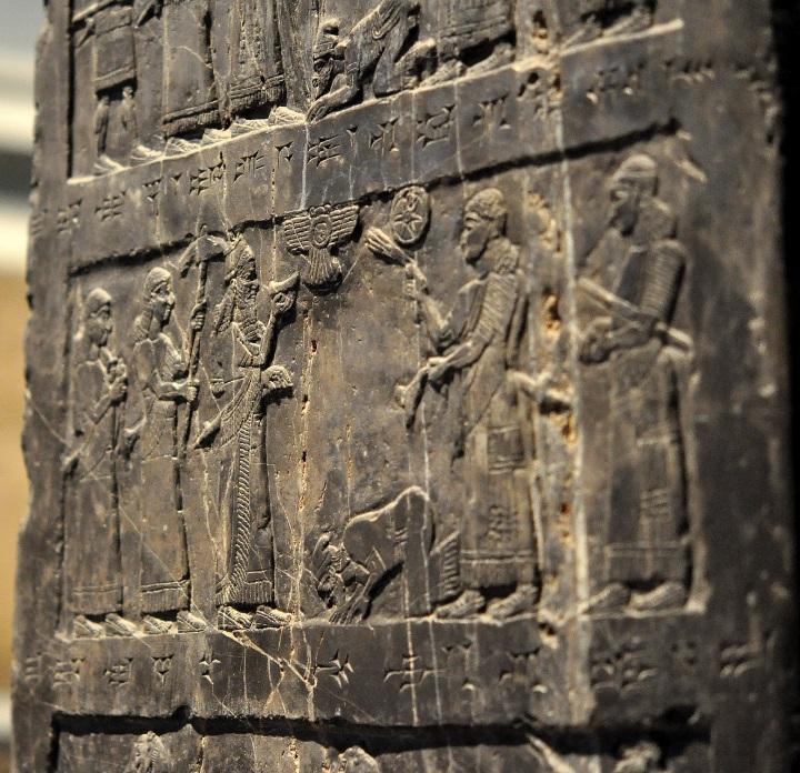 上图:亚述王撒缦以色三世(Shalmaneser III,主前859-824年在位)的黑色方尖碑(Black Obelisk),现存于大英博物馆。碑上有耶户或其使者向撒缦以色三世跪拜的浮雕,碑文把以色列王称为「暗利之子」,记录了耶户献上银、金、锡、权杖等贡物。主前841年,亚述王撒缦以色三世入侵亚兰,在黑门山打败亚兰王哈薛,哈薛撤回大马士革。撒缦以色摧毁了基列的拉末东面的浩兰(Hauran)地区,在迦密山收纳了耶户和推罗王的贡物。可能亚兰于该年初春进攻基列的拉末,被犹大和以色列联军迎击。撒缦以色三世六月入侵,哈薛回师北上,耶户则发动政变,结束与腓尼基的联盟、向亚述臣服。