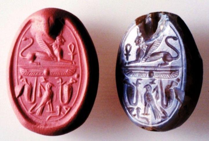 上图:1964年在以色列发现的耶洗别印章。这个印章是普通印章的两倍大,雕刻很复杂,顶部的损毁部分原来可能和写着Yzbl(属于耶洗别)。印章上包含着来自腓尼基和埃及的王家元素:戴着女王冠的带翅膀狮身人面像,代表埃及女王的两只眼镜蛇和猎鹰,代表埃及女王的莲花。这枚印章显示,耶洗别最后基本上篡夺了亚哈的权柄,完全控制了以色列。