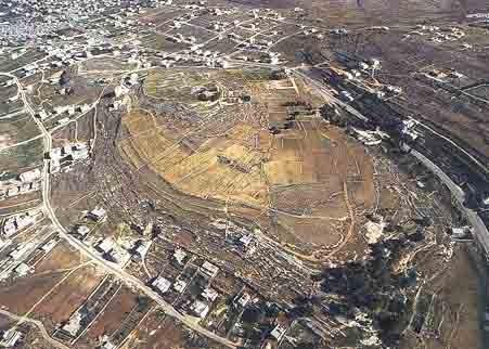 上图:Tell en-Nasbeh遗址,位于耶路撒冷旧城西北12公里,毗邻连接耶路撒冷与北方山地的古道。这里可能就是米斯巴。考古挖掘发现,这里在主前10世纪是一个大村庄,主前9-8世纪建成了城墙和防御工事,有一个巨大的城门。这些都与亚撒王建造米斯巴吻合。