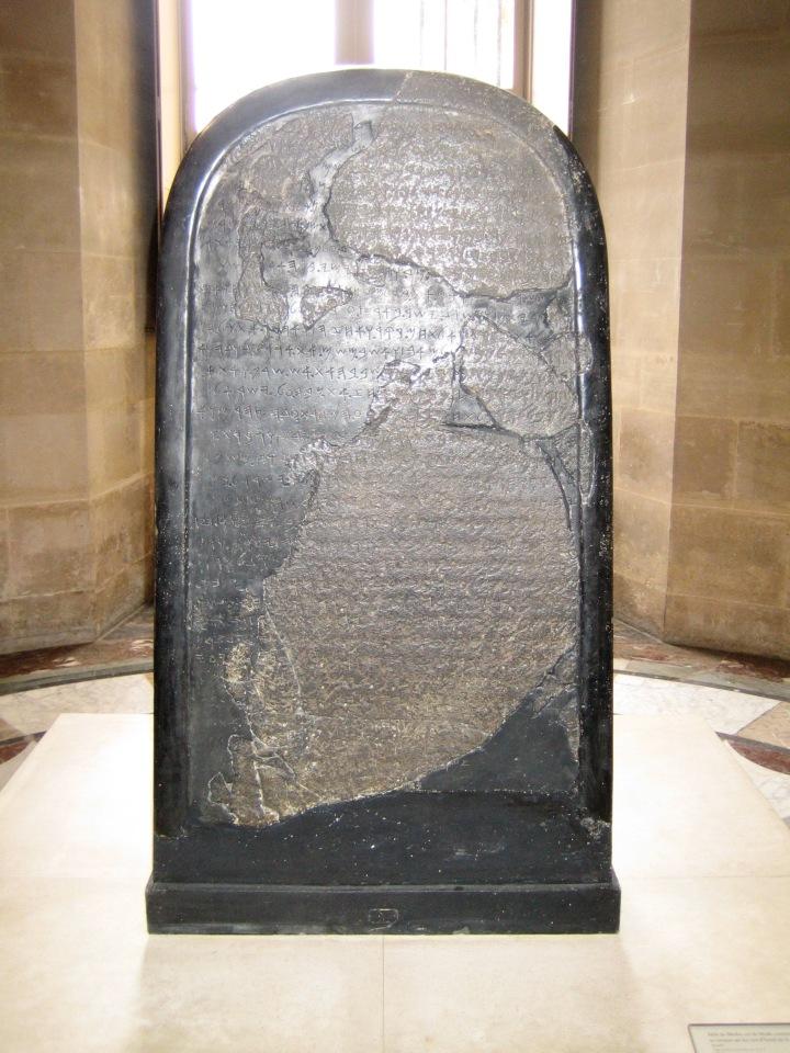 上图:1868年在约旦发现的摩押王米沙石碑(Mesha Stele),现存于卢浮宫。碑文以原始希伯来字母书写,大约刻于主前840年,以纪念米沙王战胜以色列王。这块石碑证明了圣经有关以色列人及摩押人争战的事件(王下一1-三27),并提到了以色列王暗利的名字。其中褐色部分是原来石碑的碎片,黑色光滑部分是1870年代重建的。石碑被发现时是完全的,后来奥斯曼帝国卷入了所有权纠纷,拥有石碑的贝都因部落便在篝火上加热石碑、然后浇冷水,打破了石碑。但发现者之前已经拓下了完整的碑文,最后重建了石碑。