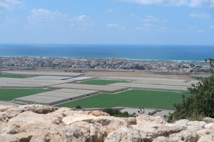 上图:从迦密山靠地中海的一端向海观望。