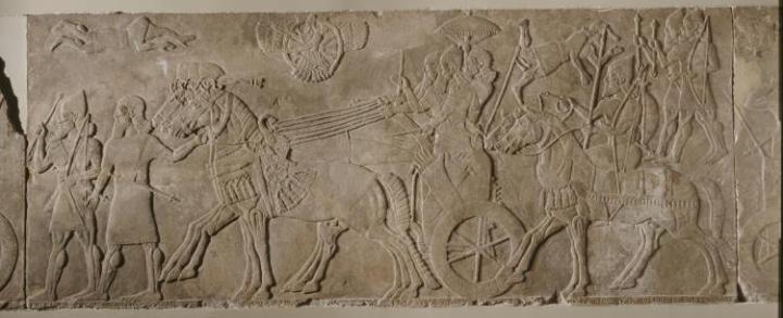 上图:宁录亚述王宫出土的亚述那西尔帕二世(Ashurnasirpal II,主前883-859年在位)的浮雕,现存于大英博物馆。浮雕上描绘亚述王凯旋归来,鹰神在天上一路护佑。