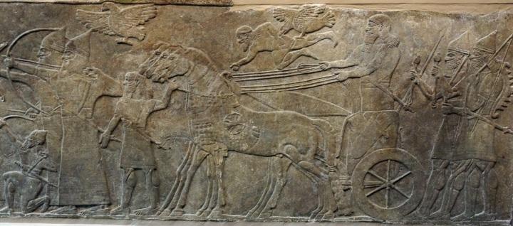 上图:宁录亚述王宫出土的亚述那西尔帕二世(Ashurnasirpal II,主前883-859年在位)的浮雕,现存于大英博物馆。浮雕上描绘亚述神鹰在亚述战车前面开路。