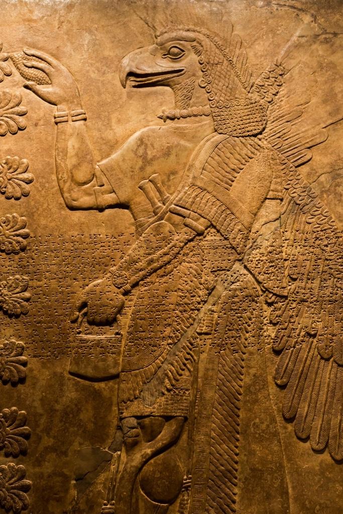 上图:亚述浮雕中的鹰神。