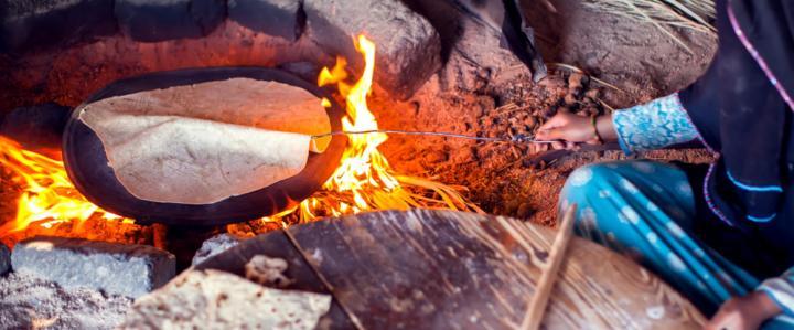 上图:西奈半岛沙漠里的贝都因人(Bedouin)沿用古代的方法,在炭火烧热的石头上烤饼,需要经常翻转,才能避免一面烤焦、一面还是生的。
