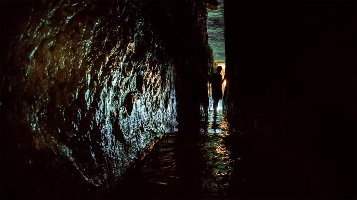 上图:19世纪末发现的希西家水道(又叫西罗亚水道)的内景。
