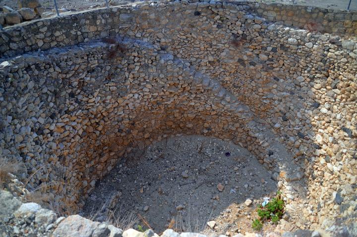 上图:米吉多遗址(Tel Megiddo)储存谷物的大坑,可能是耶罗波安二世的时代建成的。这个大坑直径11米,7米深,可能储存450立方米粮食。