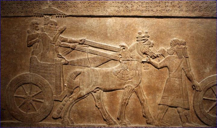 上图:亚述壁画,描绘提革拉·毗列色三世驾着战车征服亚兰城市Astartu,现藏于大英博物馆。犹大王亚哈斯在此期间投靠亚述。
