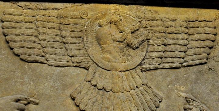 上图:宁录出土的亚述帝国主神亚述(Ashur)浮雕,形象是带翅膀的太阳。几乎每份亚述年鉴叙述战争的部分都有这样的字句:「奉亚述神之令」。
