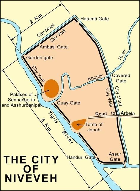 上图:尼尼微遗址图。目前发现的尼尼微遗址被周长12公里的砖砌城墙环绕,城墙高15米,沿着底格里斯河的城墙将近4公里。西边及南边有底格里斯河的天然保障,东边和北边有壕沟。底格里斯河的支流柯沙河(Khosr river)流经全城。巴比伦联军可能在哥撒河上设置水闸,蓄水冲毁城墙。