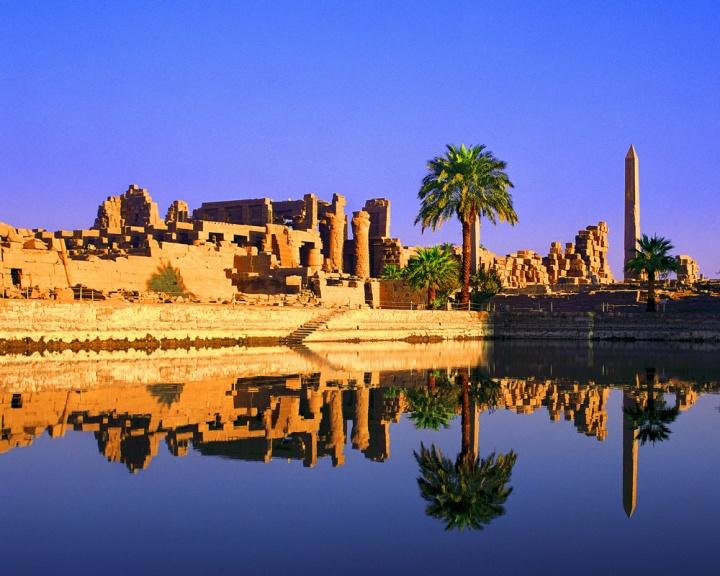 上图:尼罗河畔的底比斯卡纳克神庙(Karnak Temple)。