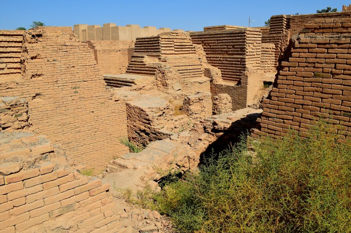 上图:主前6世纪尼布甲尼撒二世时代的的巴比伦城废墟,墙用土砖做成。