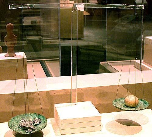 上图:主前1150-586年古代以色列的铜制天平和砝码。商人把银子放在左边的盘子上,砝码放在右边的盘子上。砝码上标着重量,但现在出土的标着相同重量的砝码石,很少重量是完全一样的。