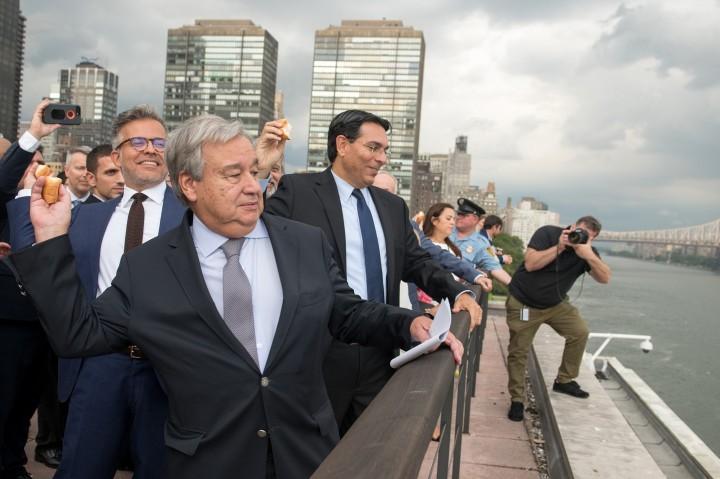 上图:2018年9月吹角节,以色列驻联合国代表(Danny Danon,右边)和联合国秘书长(António Guterres,左边)在纽约联合国大厦举行Tashlich仪式,把象征罪的面包投入东河。