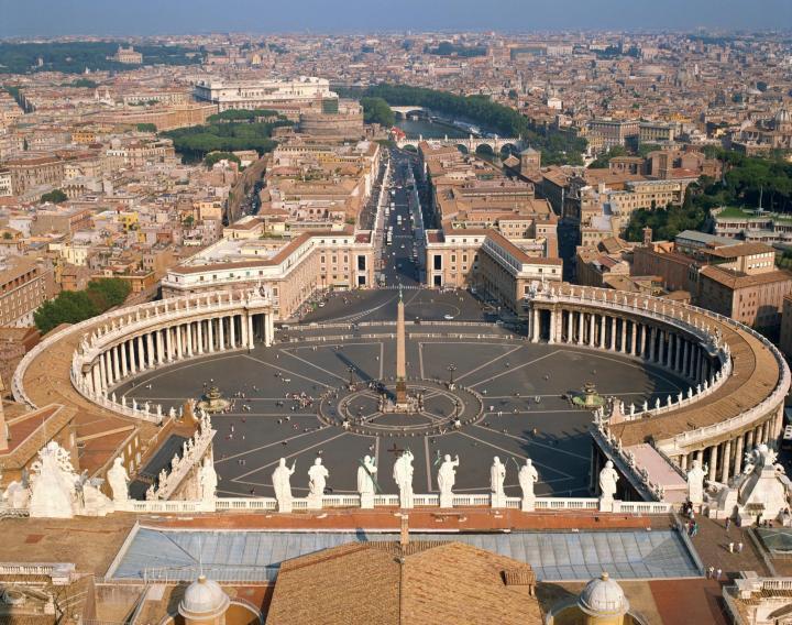 上图:梵蒂冈城。这些辉煌的建筑都是无声的见证,告诉我们什么是「以人血建立锡安,以罪孽建造耶路撒冷」(弥三10)。