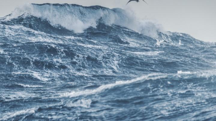 上图:地中海的风暴。古代中东人普遍把地中海和其中的海怪视为混沌和没有秩序的代表。海洋和陆地的争斗,怒海无法控制的能力,都是古代中东神话的重要因素。巴比伦创世史诗《埃努玛埃利什》描写玛尔杜克如何在代表大水混沌之女神查马特以龙的形式出现时,把她克服。乌加列传说中很多关于巴力的循环故事,都是描述巴力、亚拿特与对手海神之间的争斗。