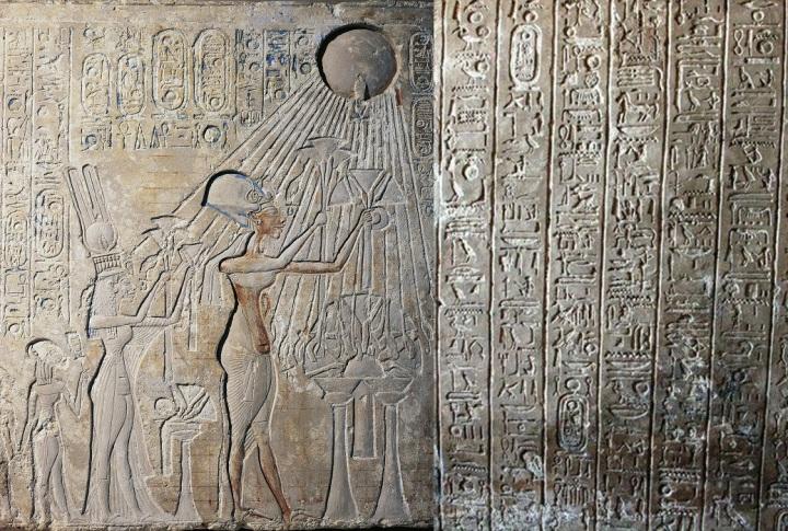 上图:正在敬拜太阳神的古埃及第十八王朝埃及法老阿肯那顿(Akhenaten,主前1353-1336年在位)和他的太阳神颂诗(Great Hymn to the Aten)片段。诗篇一百零四篇与埃及的太阳神颂诗有许多相似之处,但在神学方面却有巨大的差别。也许诗篇一百零四篇借用了埃及的太阳神颂诗的形式,有意要人注意敬拜真神与敬拜偶像的区别。