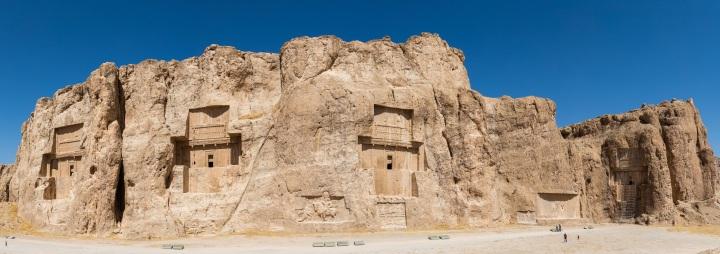上图:位于伊朗马夫达沙特(Marvdasht)的波斯诸王墓地(Naqsh-e Rostam),从左到右分别是大流士二世、亚达薛西、大流士一世和亚哈随鲁。墓的形状被称为波斯十字架(Persian crosses),坟墓的入口在十字架的中心。