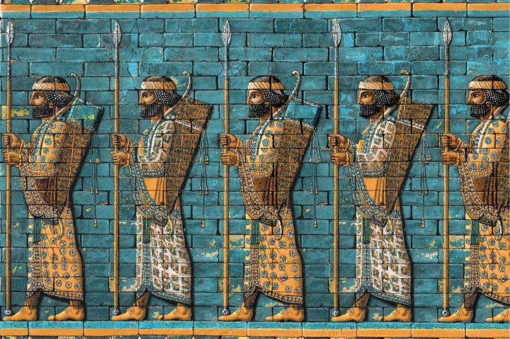 上图:书珊城(Susa)大流士王宫里的波斯战士浮雕,现藏于柏林别加摩博物馆(Pergamon Museum)。尼希米的卫队,就是类似的武器装备。