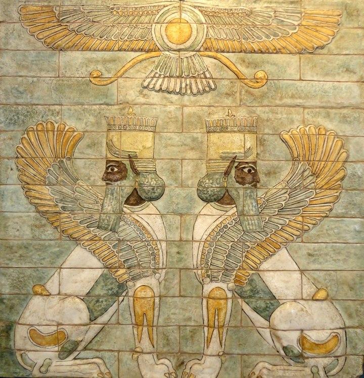 上图:书珊城大流士一世王宫里的彩釉砖装饰面板。在蓝绿色的地面上坐着一对带翼狮身长须人,在它们上方盘旋着Ahura-Mazda(Ahura-Mazda)神的翼状盘,这是当时典型的波斯风格。