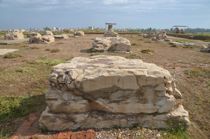 上图:书珊城波斯王宫大厅(apadana)圆柱的方形底座。