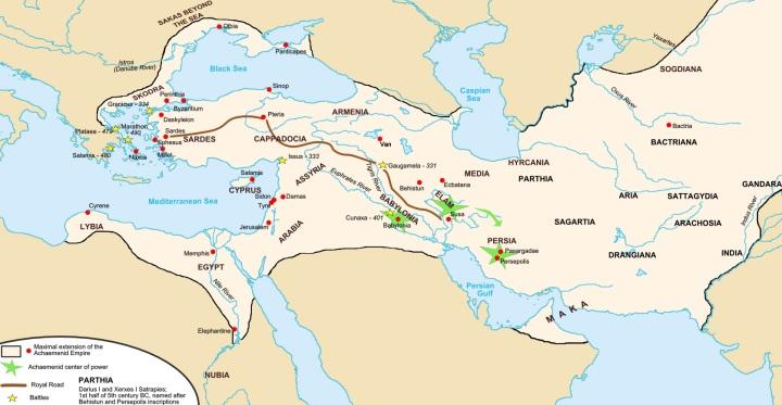 上图:波斯帝国的御道(Royal Road)是一条古代大道,从首都书珊城一直到撒狄,最初可能由亚述修建,波斯大流士一世改进,一直沿用到罗马时代。在御道上,波斯信差可以在7天内走2700公里。古希腊史学家希罗多德说:「这个世界上再没有什么东西比这些波斯信差还要走得快了。」希罗多德赞扬这些信使的话:「不管雨或雪、炎热或黑夜,都不能使这些传讯者停止完成他们的使命/Neither snow nor rain nor heat nor gloom of night stays these couriers from the swift completion of their appointed rounds」,现在已经成为了激励邮递员们的警句。 结合希罗多德的著作、考古研究和其他的历史文献,波斯御道的路线是从撒狄的西边出发,向东穿过土耳其的中北部,直到尼尼微,再折向南方到达巴比伦,然而分成两条路线:第一条向东北经过亚马他(Ecbatana)而连上丝绸之路,另一条往东南经书珊(Susa)到达波斯波利斯(Persepolis)。